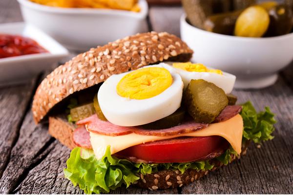 Sendvič sa kuvanim jajetom, salamom, salatom i sirom