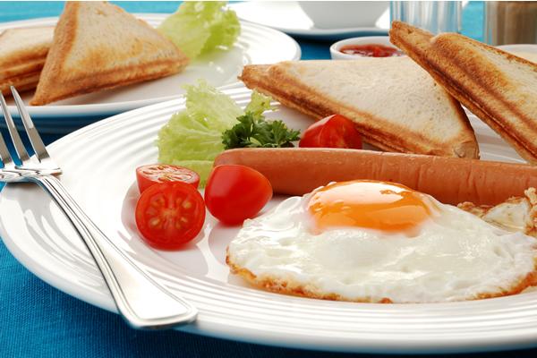 Pržena jaja sa viršlom i tost sa sirom