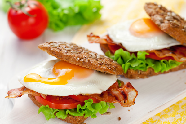 Isprženo jaje u sendviču sa slaninicom i salaticom