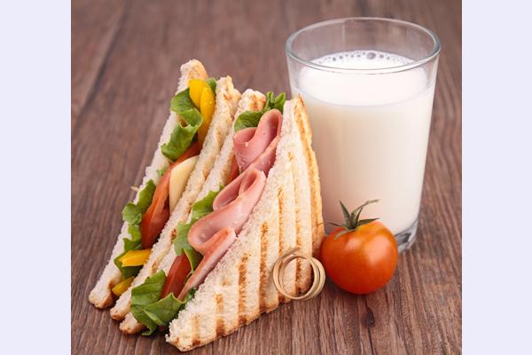 Tost sendvič sa salamom, sirom, paradajz salatom