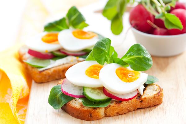 Sendvič sa kuvanim jajetom, krastavčićem i ..