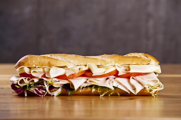 Sendvič u baget-u sa salamom, sirom..
