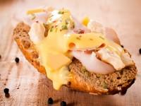 Topli sendvič sa sirom i salamom