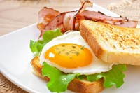 Pržena jaja sa slaninicom