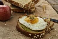 Pržena jaja sa avokado namazom