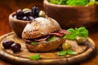 Sendvič sa kajmakom, salamom i maslinama