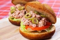 Tuna sendvič sa zelenom salatom i maslinama