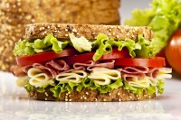 Sendvič sa sirom, salamom  i paradajzem