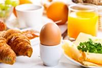 Doručak uz kifle i sveži đus od narandže