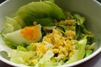 Zelena salata sa kuvanim jajima i sirćetom