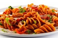 Testenine sa tunjevinom u ljutom paradajz sosu