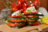 Salata sa sirom i paradajzom