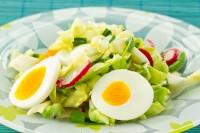 Salata od kupusa, rotkvica i kuvanih jaja