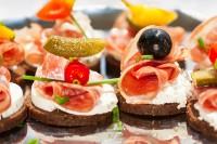 Salama sa sirom na čačkalici (kanapei)