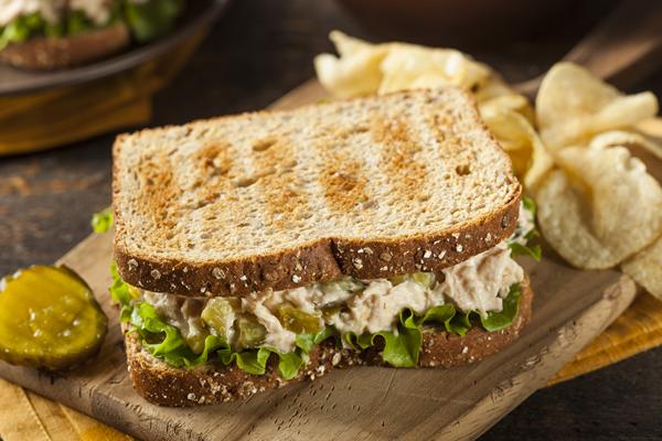 tuna-sendvic-sa-zelenom-salatom