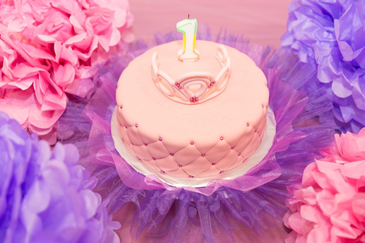 roze torta za devojcice medju sarenim ukrasima